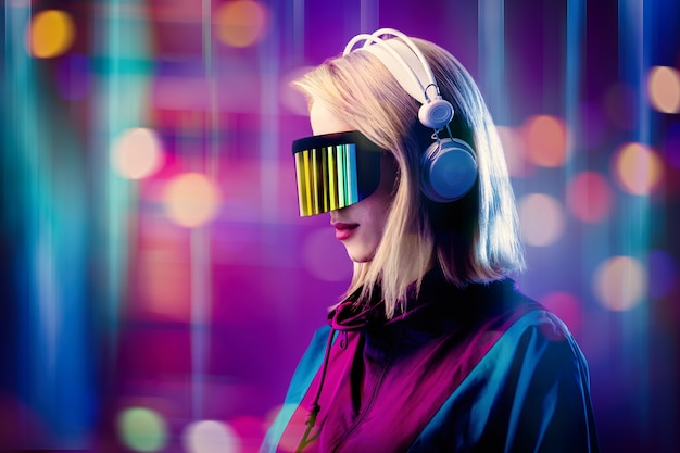 Rubia en gafas vr y auriculares en espacio rosa