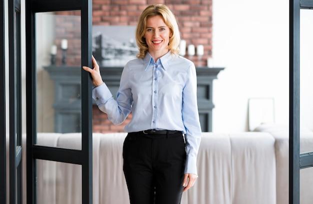 Rubia mujer de negocios en traje