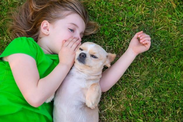 Rubia niña feliz con su retrato de perrito chihuahua