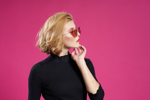 Rubia con pelo corto en gafas de sol