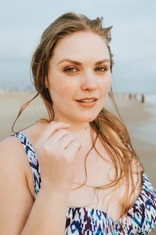Rubia segura de talla grande mujer en la playa