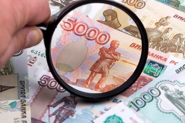 Rublo ruso en una lupa