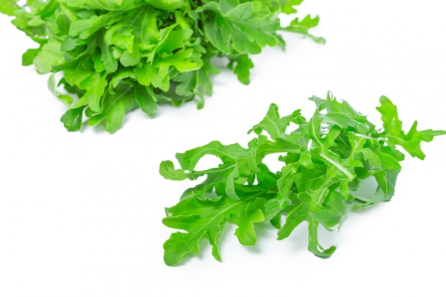 Rucola o rúcula, montón, hojas de ensalada, aislado en blanco