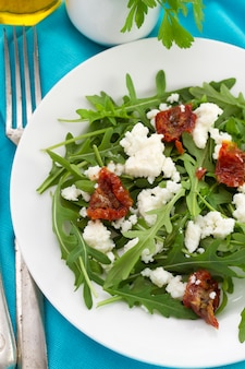 Rucola con queso cottage y tomate seco.