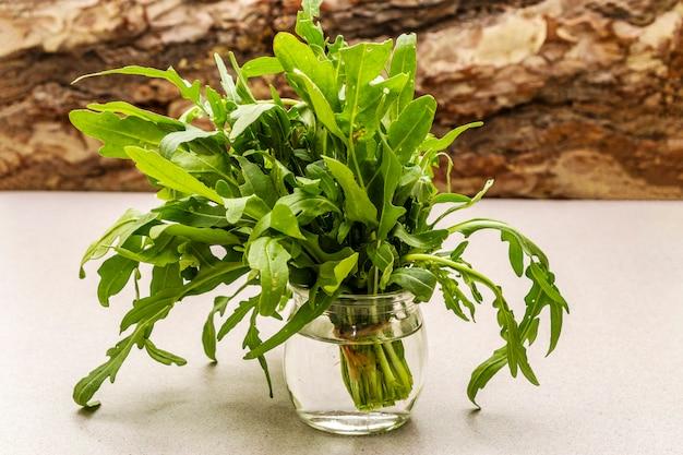 Rúcula de hierbas orgánicas frescas