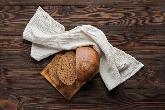 Rue pan integral en tabla de cortar