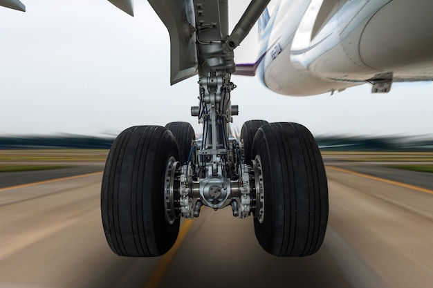 Rueda de avión en un tren de aterrizaje con movimiento borroso