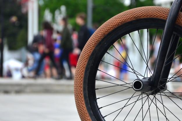 Una rueda de bicicleta bmx en el contexto de una calle borrosa