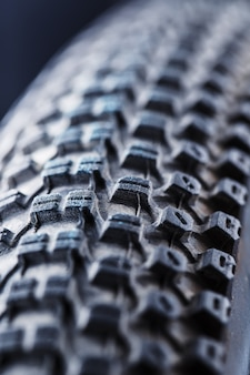 Rueda de bicicleta y neumático de cerca en la banda de rodadura abstracta