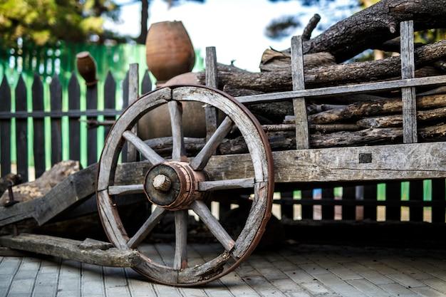 Rueda de carro de madera vieja