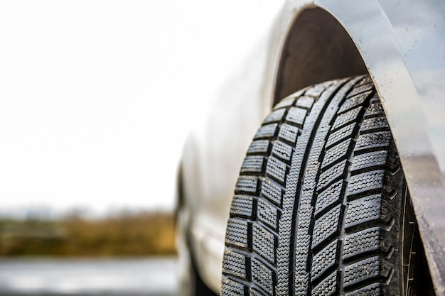 Rueda de coche con neumático de goma negra