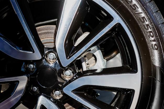 Rueda de coche con rueda pintada y cromada