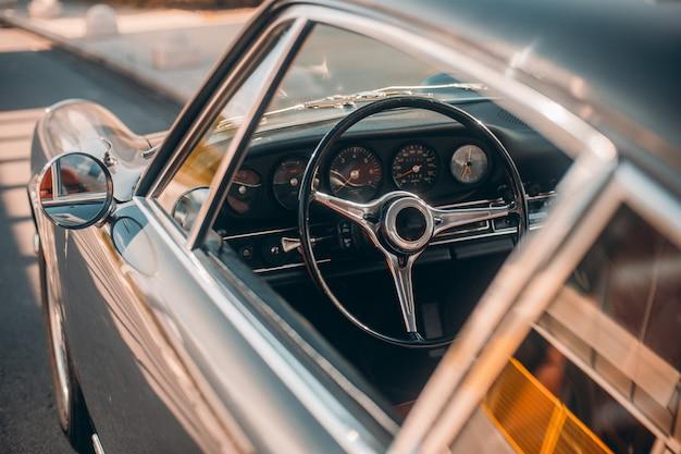 Rueda de control y ventanas de un auto retro