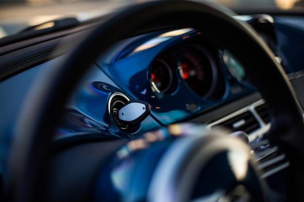 Rueda direccional y velocímetro de un automóvil negro