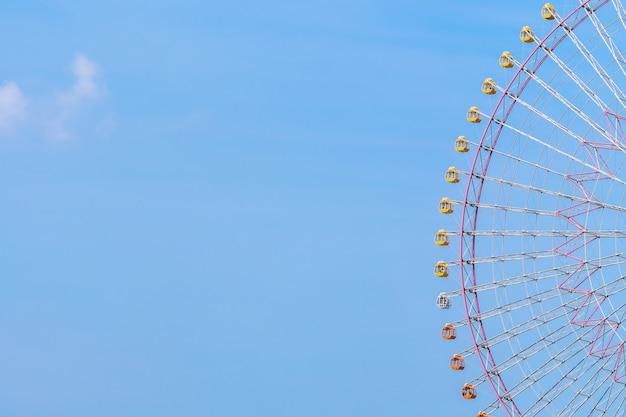 Rueda de la fortuna en el parque de atracciones