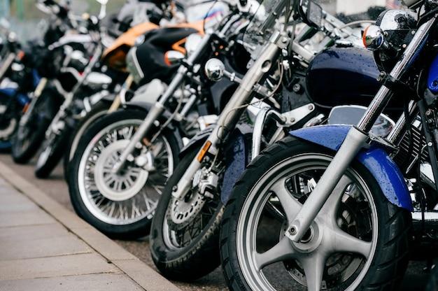 Rueda de moto con sistema de frenos de disco y radios metálicos. closeup foto detallada de motos horquillas y neumáticos. diferentes partes del vehículo de dos ruedas. transporte.