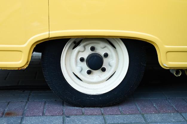 Rueda de un primer plano de furgoneta amarilla