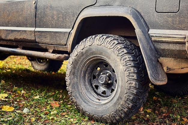 Rueda trasera sucia del primer jeep