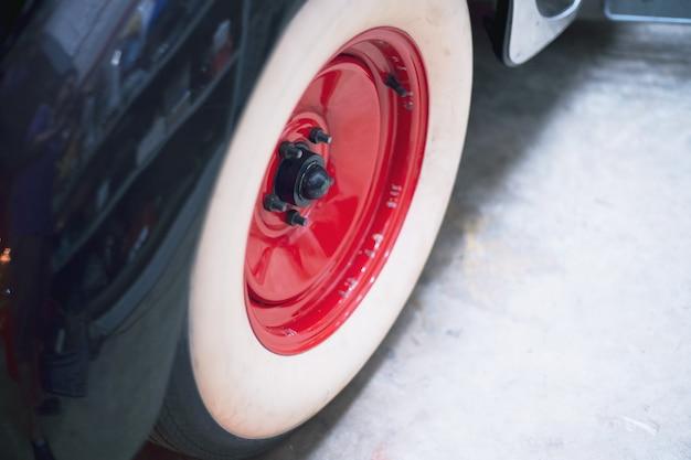 Rueda vintage retro clásico coche en garaje retro
