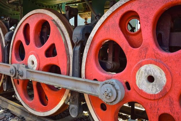 Ruedas de locomotora de vapor rojo, ruedas de metal de una vieja locomotora de vapor