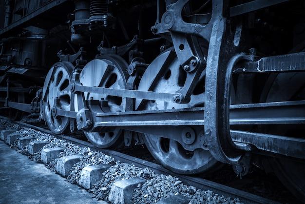 Ruedas locomotoras viejas de cerca.
