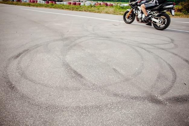 Ruedas de seguimiento de la moto después de un drif