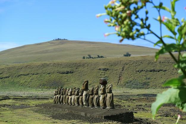 Ruina de ahu tongariki moai con el volcán poike en el fondo, isla de pascua o rapa nui, chile