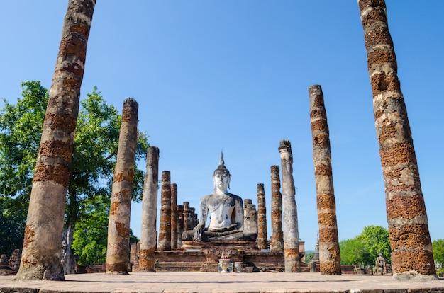 Ruina de la iglesia de wat mahathat en el parque histórico de sukhothai