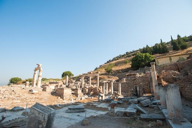 Ruinas de la antigua ciudad de éfeso, la antigua ciudad griega de turquía, en un hermoso día de verano