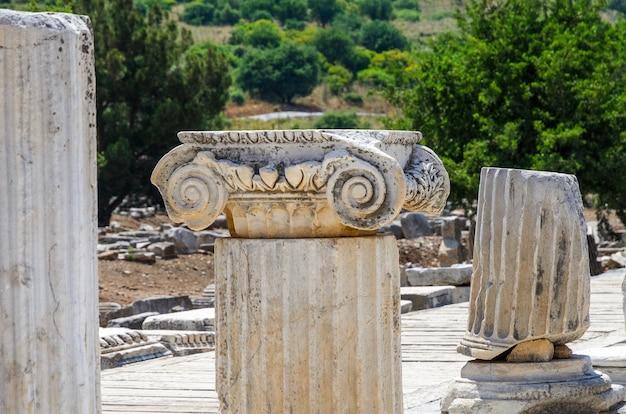 Ruinas de la antigua ciudad griega de éfeso o efes en la costa del mar de jonia en selchuk