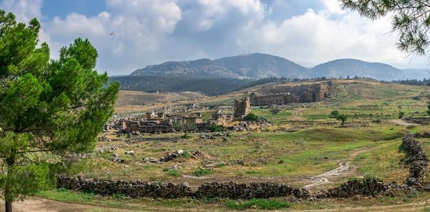 Las ruinas de la antigua ciudad de hierápolis en pamukkale, turquía