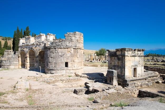 Las ruinas de la antigua ciudad de hierápolis, la puerta romana del norte, pamukkale, denizli turquía