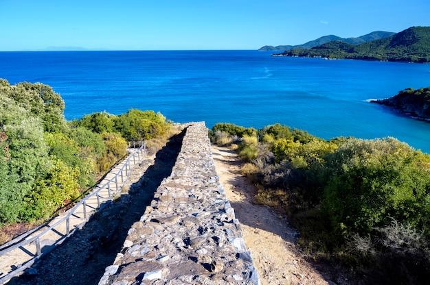 Ruinas de la antigua ciudad de stageira en halkidiki grecia