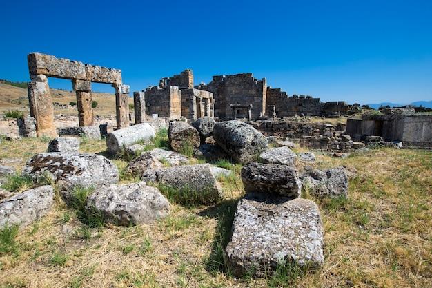 Ruinas antiguas en hierápolis, pamukkale, turquía.