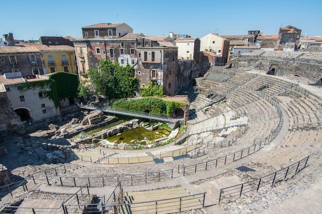 Ruinas del antiguo teatro romano griego en el centro histórico de catania, sicilia, italia