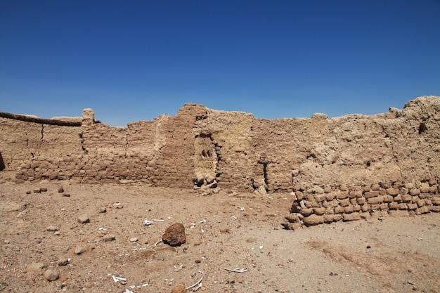 Ruinas del antiguo templo egipcio en la isla sai, sudán