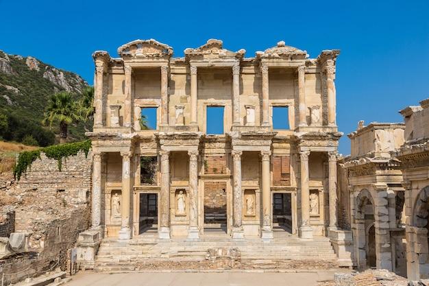 Ruinas de la biblioteca celsius en la antigua ciudad de éfeso