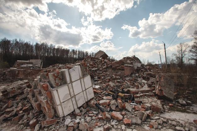 Las ruinas de una casa de ladrillo.