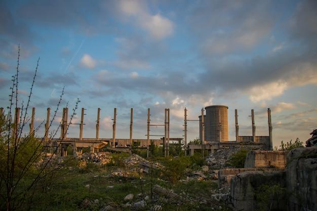 Ruinas de concreto y cielo azul.
