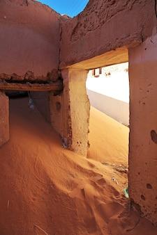 Ruinas de una fortaleza en una ciudad abandonada en el desierto del sahara