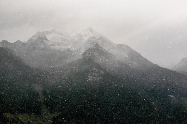 Ruinas de la montaña negra y gris