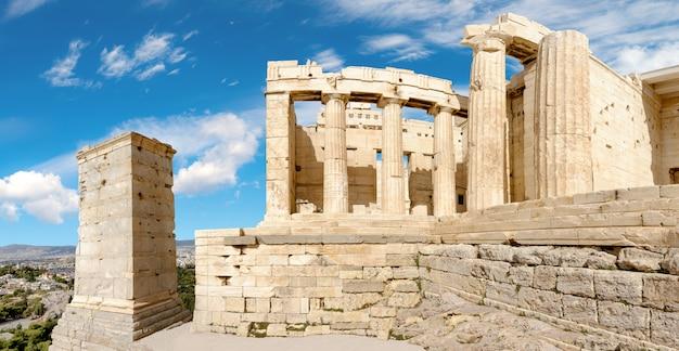 Ruinas de la puerta de entrada propileos en la acrópolis, atenas, grecia