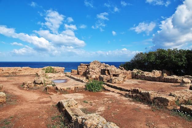 Ruinas romanas de tipaza de piedra y arena en argelia, áfrica