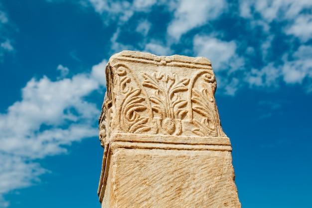 Las ruinas y ruinas de la antigua ciudad de éfeso contra el cielo azul en un día soleado.