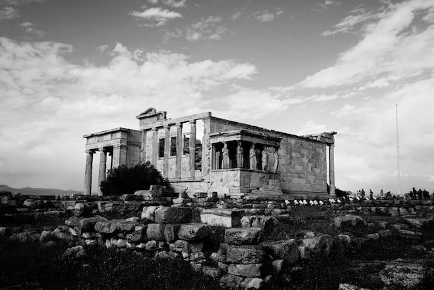 Ruinas de un templo en blanco y negro.