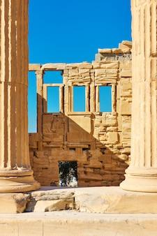Ruinas del templo del erecteion en la acrópolis, atenas, grecia