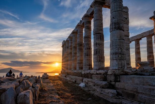 Ruinas del templo de poseidón en el cabo sounio en puesta de sol, grecia