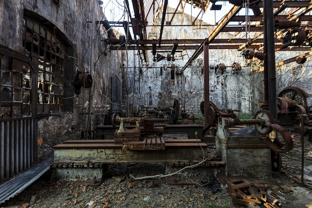 Ruinas de trenes antiguos en un antiguo patio de trenes capturados en el líbano