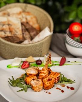 Ruletas de pollo frito con verduras en el plato