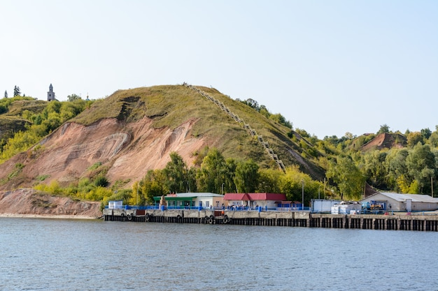 Rusia, kazán - 12 de septiembre de 2020. el muelle del río en la estación de tetyushi en el río volga en la región media del volga en la república de tartaristán. inscripción: